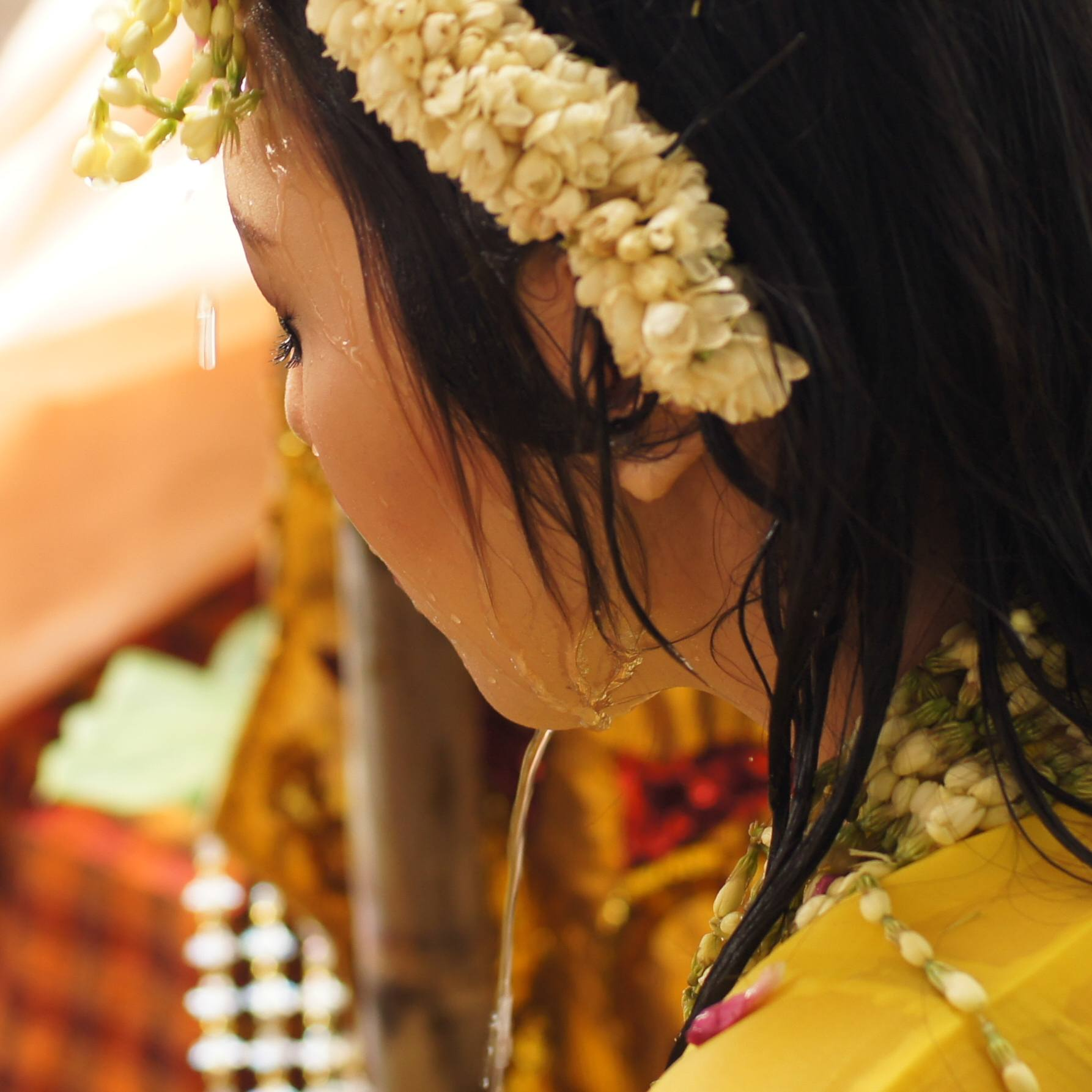 During the Mappasili, the bride-to-be is showered with holy water by close family members, cleansing her in preparedness for this new chapter in her life.