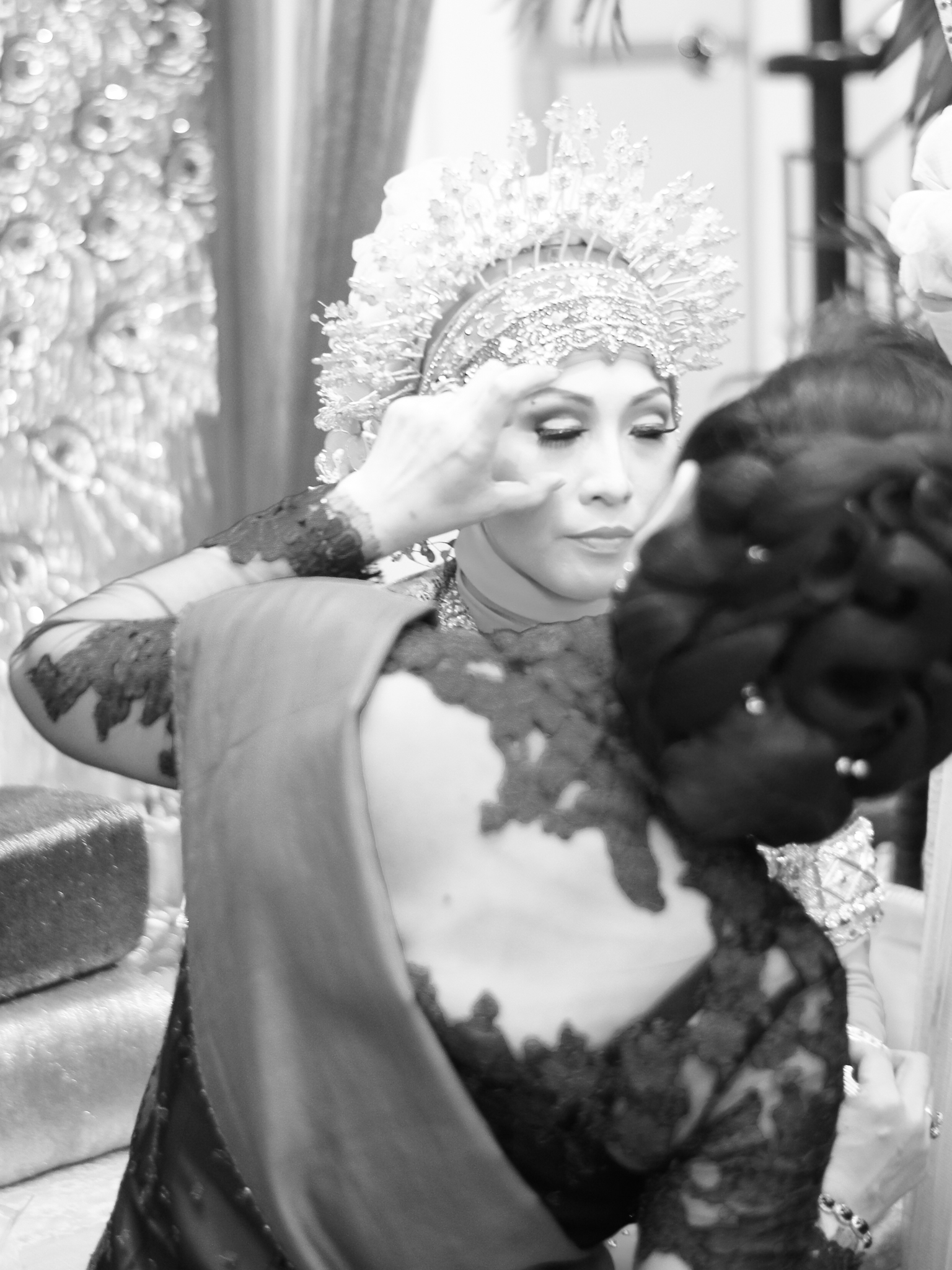 During the Mappacci, very close family members and special guests are invited to give blessings to the bride and place henna on her hands.