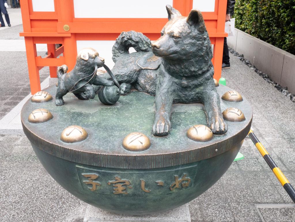 Dog statue at Suitengu Shrine
