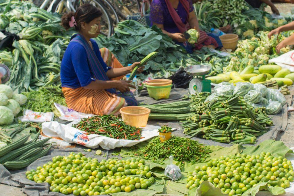 mingalar market nyaungshwe inle lake myanmar